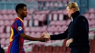 Ansu Fati saluda a Koeman en un partido del Barcelona.
