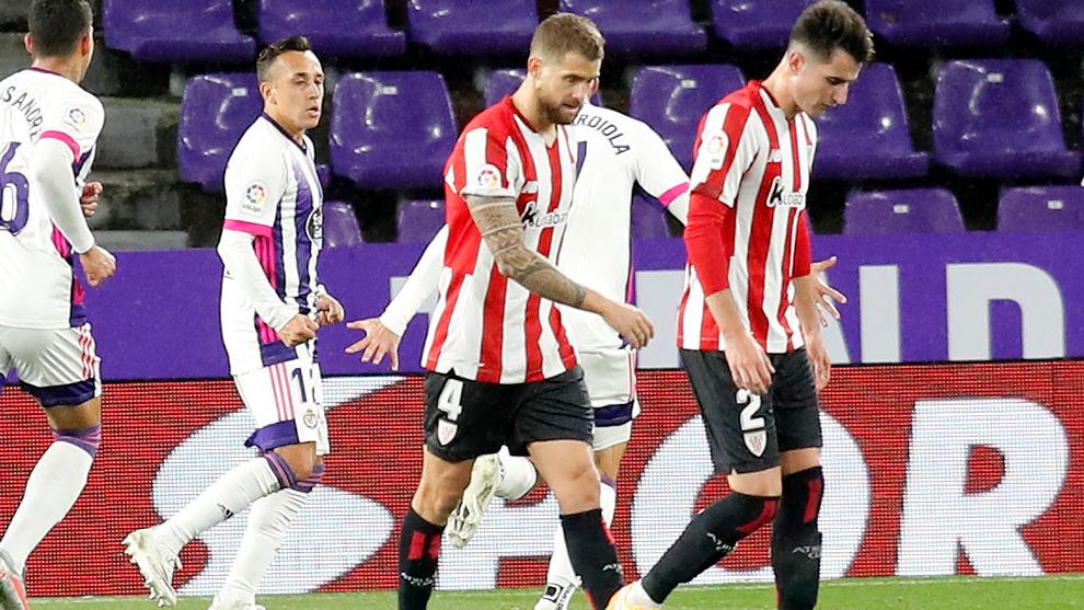 Iñigo Martínez y Morcillo se lamentan tras un gol del Valladolid