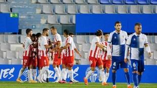 Los jugadores del Sabadell tristes al marcarles un gol el Almería