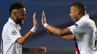 Neymar y Mbappé celebran un gol con el PSG.
