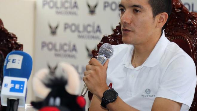 Richard Carapaz habla hoy en rueda de prensa en Tulcán (Ecuador).