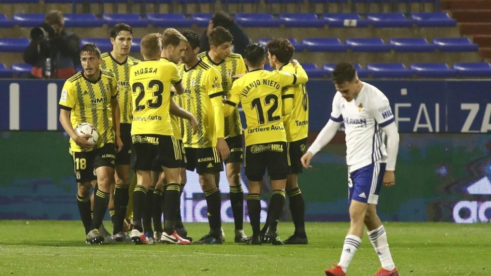 Los jugadores del Oviedo se abrazan ante la tristeza maña