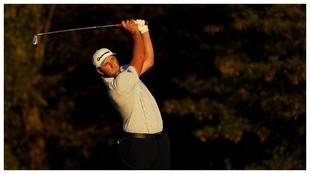 Jon Rahm juega un hierro a la caída de la tarde en Augusta.