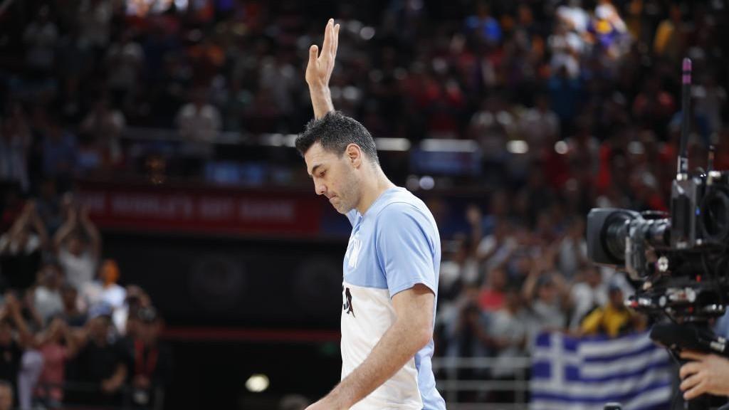 Luis Scola saluda antes de un partido con la selección argentina en...