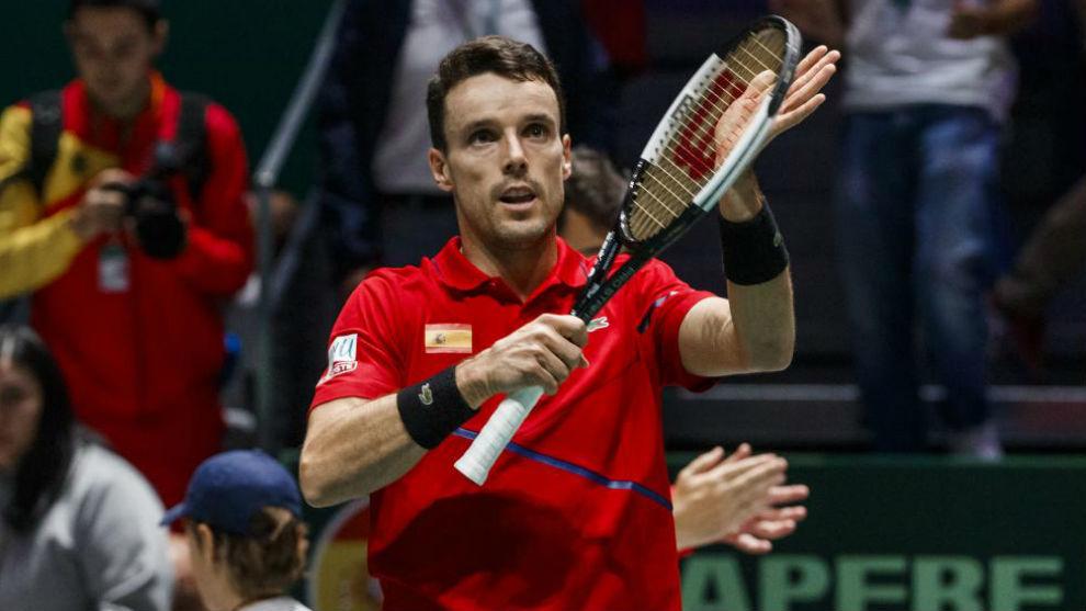 Bautista aplaude con la raqueta a la grada de Madrid