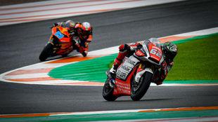 Manzi, delante de Martín, en Moto2 en Valencia.