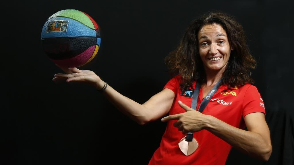 Laia Palau hace equilibrios con un balón mientras lleva una de sus...