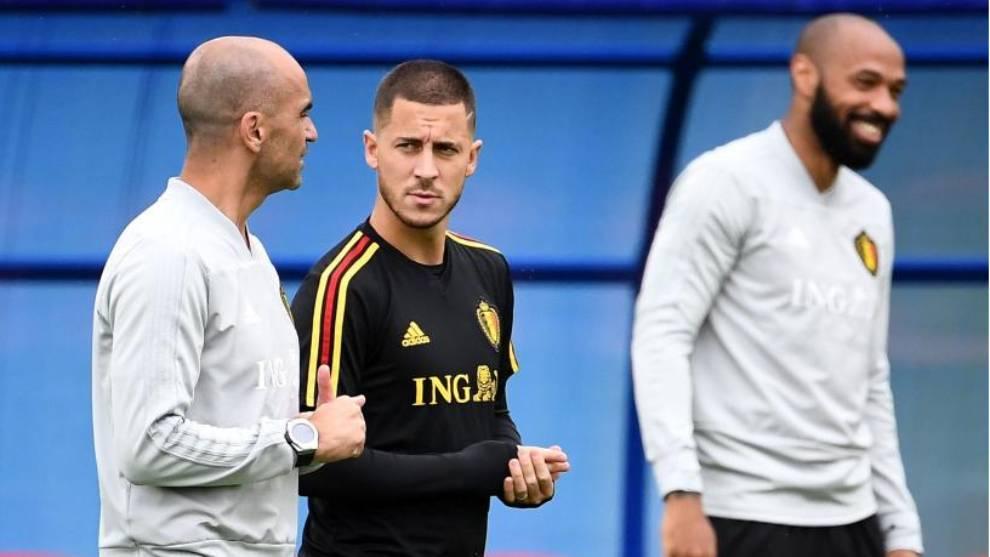 Hazard charla con Roberto Martínez en un entrenamiento de Bélgica.