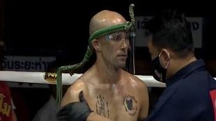 Carlos Coello, con una pantalla protectora antes de un combate