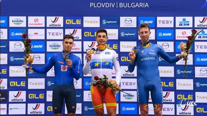 El corredor español, en el centro, en el podio con su medalla de oro