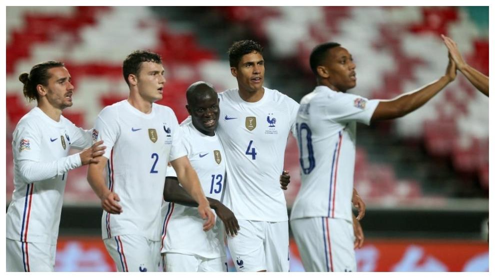 Kanté es felicitado por Griezmann, Pavard y Varane.