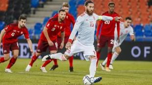 Sergio Ramos, en uno de los penaltis que lanzó ante Suiza.