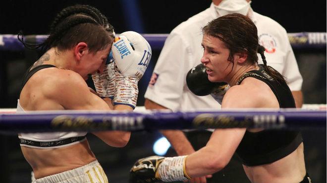 Katie Tylor carga contra Miriam Gutiérrez.