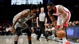 Irving y Harden, cara a cara en un partido entre Nets y Rockets.