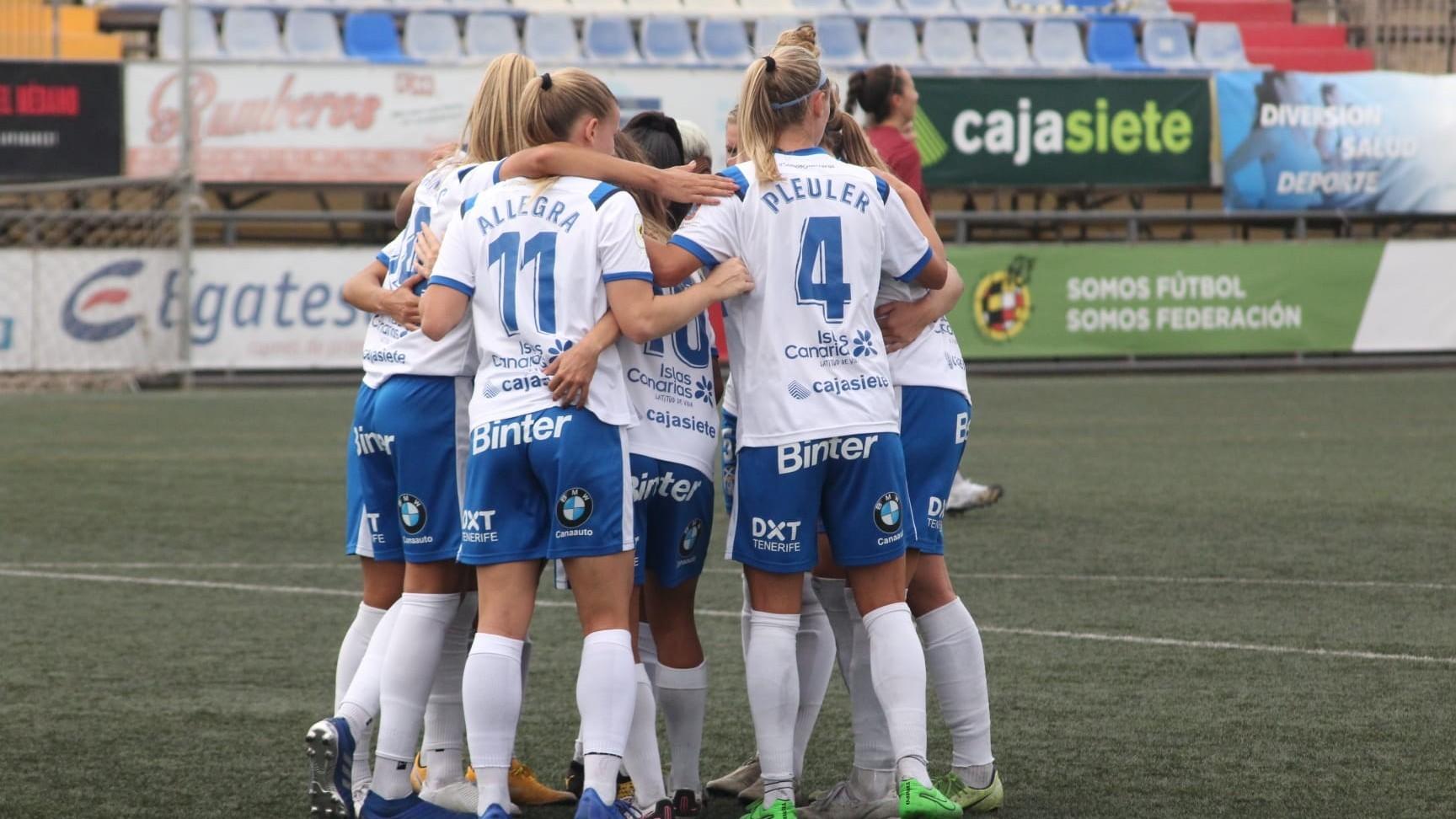 Las jugadoras del Granadilla se abrazan para celebrar un gol en La...