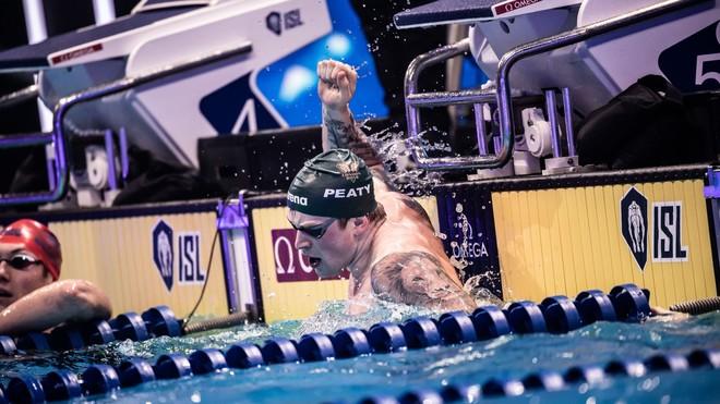 Adam Peaty celebra su récord mundial de 100 m braza.