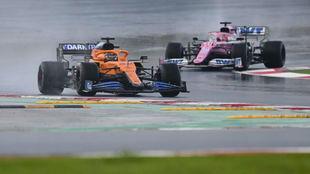 Carlos Sainz, peleando con Checo Pérez durante el Gran Premio de...