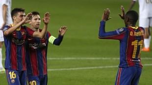 Pedri, Messi y Dembélé celebran un gol.