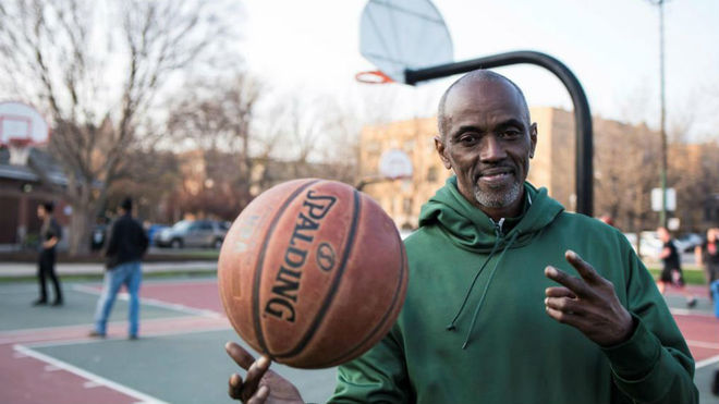 Craig Hodges posa en un parque en Chicago, donde ganó dos anillos con...