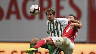 Coentrao protege el esférico ante Sequeira, del Braga.