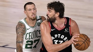 Marc Gasol, defendido por Daniel Theis.