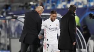 Zidane charla con Hazard tras ser sustituido el belga.