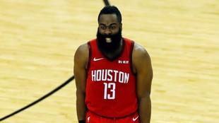 James Harden grita durante un partido de los Rockets.