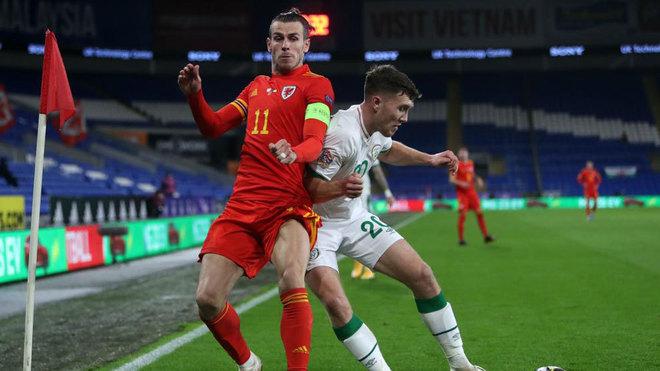 Bale y Doherty pelean por un balón en el Gales-Irlanda.