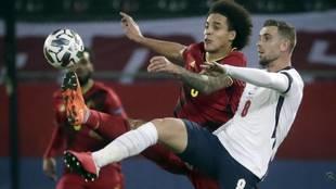 Henderson y Witsel pugnando por un balón en el encuentro de la UEFA...