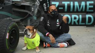 Lewis Hamilton, junto a Roscoe
