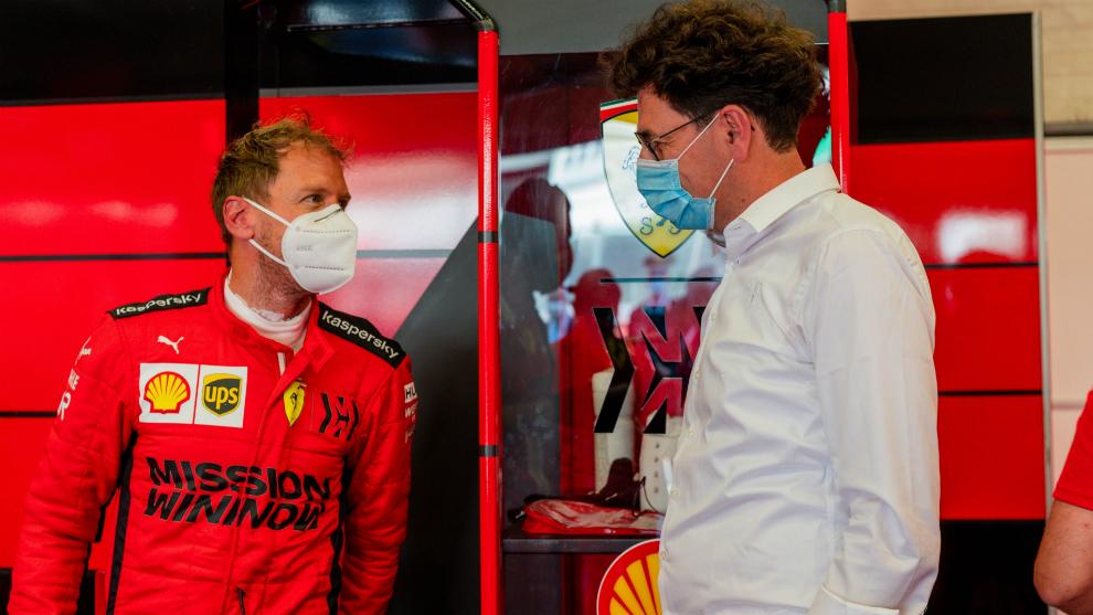 Sebastian Vettel habla con Mattia Binotto.