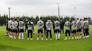 Coudet se dirige a sus jugadores durante un entremiento