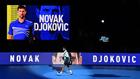 Novak Djokovic llega a la pista para disputar su partido frente a...