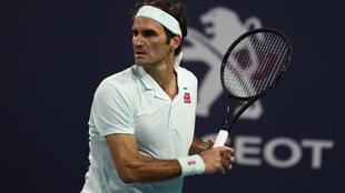 Roger Federer durante un partido frente a Denis Shapovalov en el...