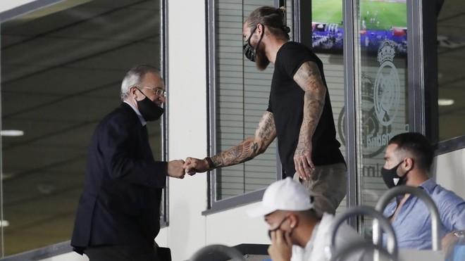 Florentino y Ramos se saludan en la grada del Di Stéfano