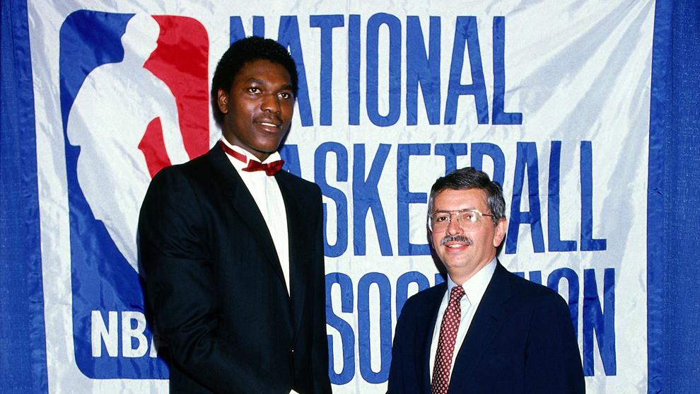 Hakeem Olajuwon, número 1 del draft de 1984, junto a David Stern