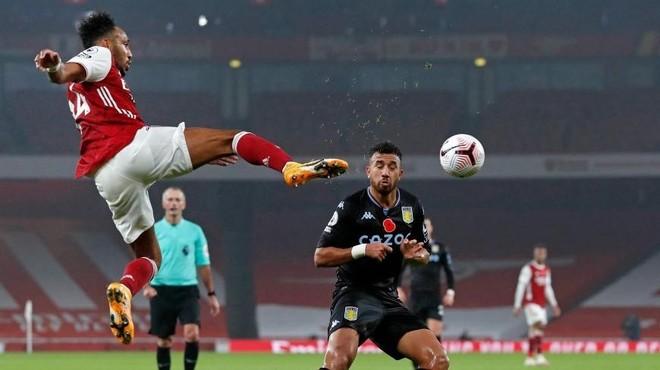 Aubameyang salta para intentar llevarse un balón ante Trézéguet.