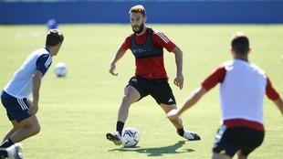 Roberto Torres, con el balón en un entrenamiento de Osasuna.