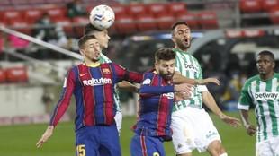 Lenglet y Piqué, en el encuentro contra el Betis.