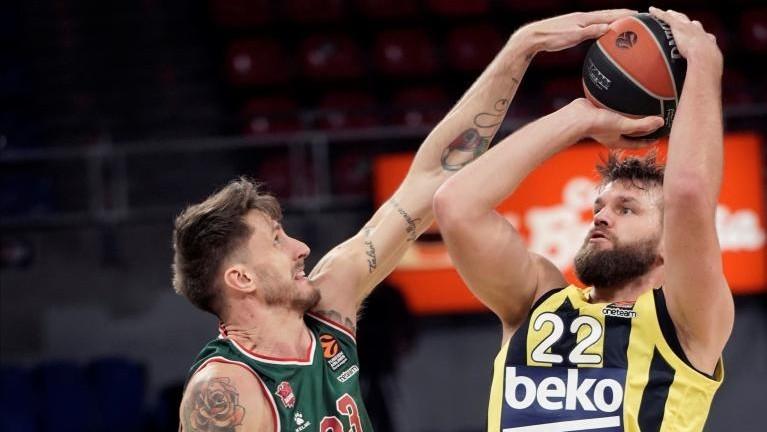 Achille Polonara tapona el lanzamiento de Danilo Barthel.