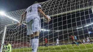 La defensa alemana recogiendo el balón tras uno de los seis goles de...