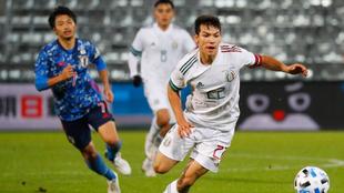 Lozano controla el balón ante Japón |