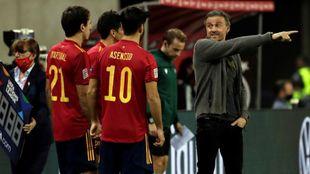Luis Enrique da instrucciones a sus jugadores