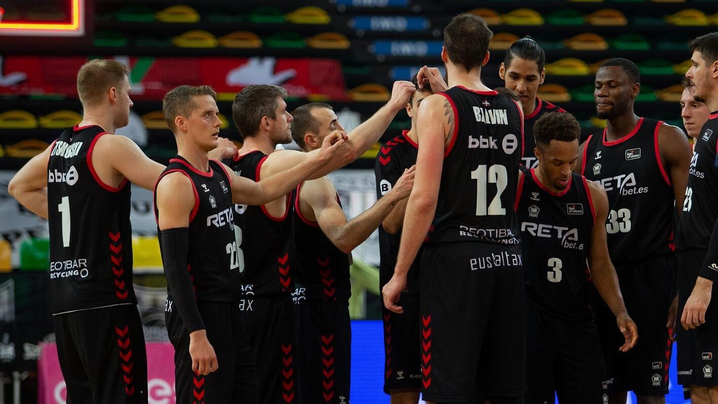 Los jugadores del Bilbao Basket hacen piña después de un encuentro.