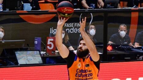 Bojan Dubljevic lanza un triple en un partido del Valencia Basket.