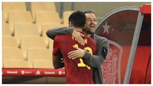 Luis Enrique se abraza a Ferran en el partido ante Alemania.