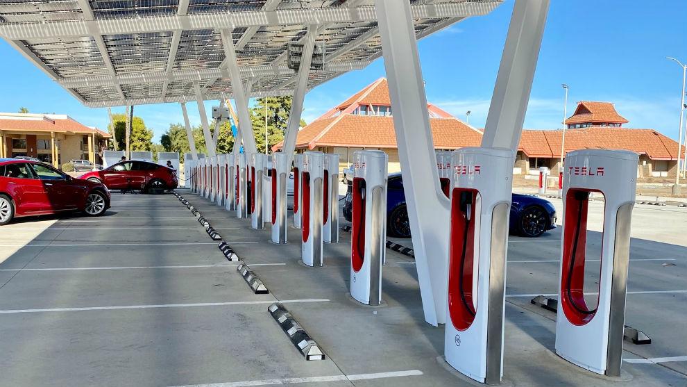 La estación de supercargadores de Tesla en Firebaugh. Foto: @phibetakitten