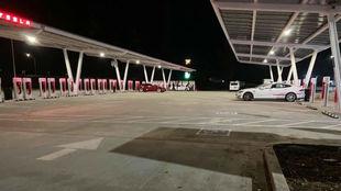 La estación de supercargadores Tesla más grande del mundo situada en...