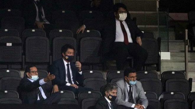 Anil Murthy y parte de sus asesores en el palco de Mestalla.