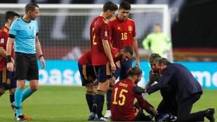 Sergio Ramos es atendido tras caer lesionado en el partido ante...